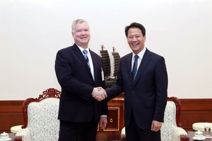 Presidential Chief of Staff Im Jong-seok, right, shakes hands with U.S. Special Representative for North Korea Stephen Biegun before the start of their in-person meeting at Cheong Wa Dae, late Monday. Yonhap