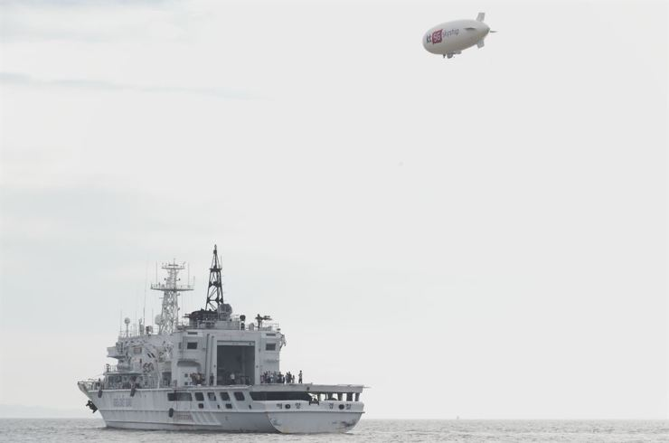 KT's unmanned airship, called Skyship, demonstrates how it would respond to a marine accident. The telecom firm unveiled the Skyship platform in June, saying it will help reduce the response time for search-and-rescue operations in the early stage. / Courtesy of KT