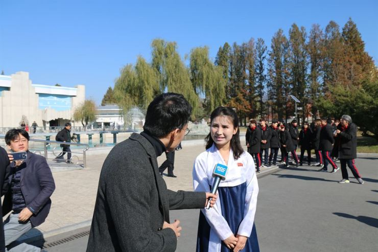 A zoo guide talks with a reporter from South Korean broadcaster MBC.