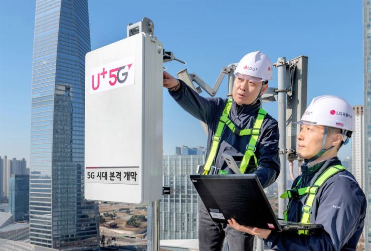 LG Uplus engineers check the firm's 5G equipment in Songdo, Incheon, Nov. 30. / Courtesy of LG Uplus