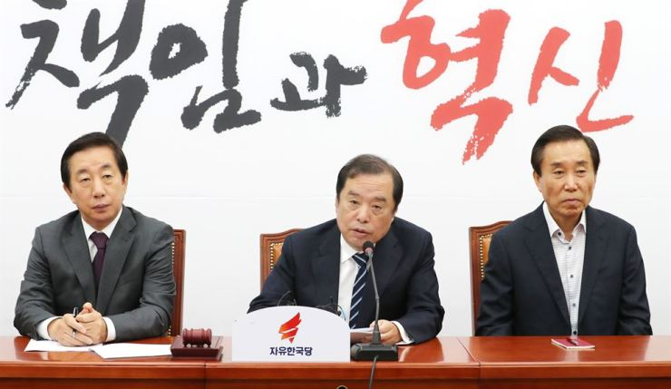 Kim Byoung-joon, center, interim leader of the main opposition Liberty Korea Party, speaks during a reform committee meeting at the National Assembly, Monday. Yonhap