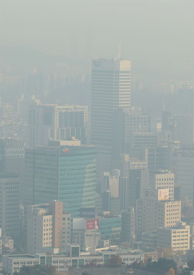 Seoul is shrouded in fine dust, Tuesday. The ultrafine dust level reached 'bad' in most parts of the country, pushing the government to issue alerts and advise people to refrain from outdoor activities. The level is forecast to a high on Wednesday as well, and Seoul, Gyeonggi Province and Incheon will ban vehicles of public servants based on license plate number. / Yonhap