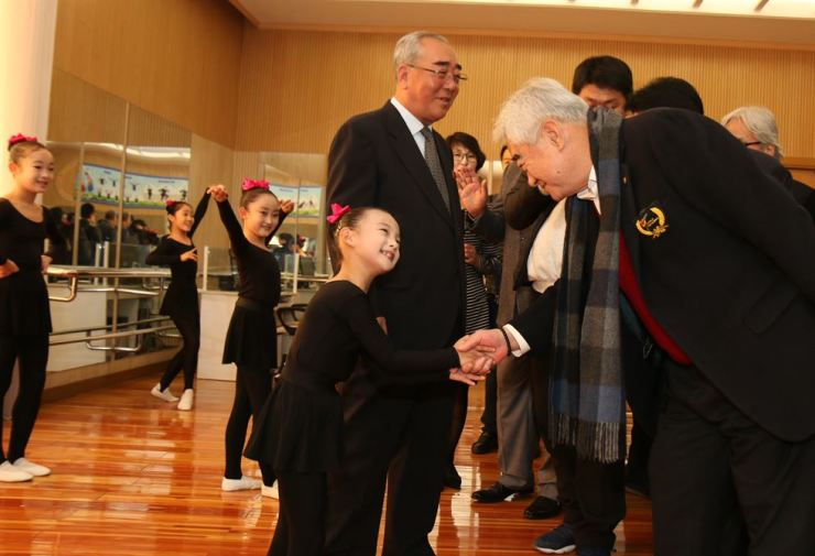 World Taekwondo President Choue Chung-won shakes hands with a student at the Mangyongdae Children's Palace in Pyongyang, Thursday.