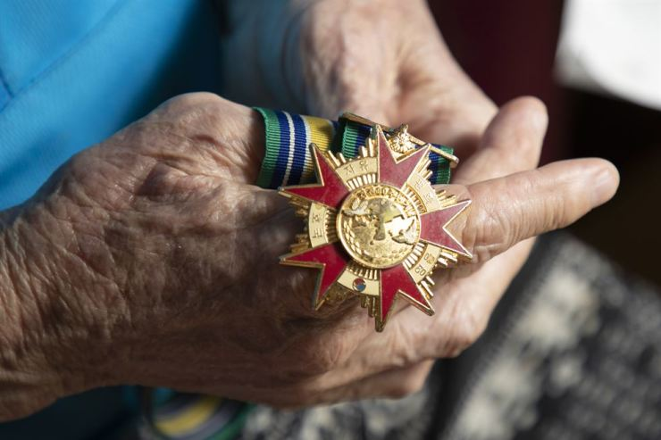 Lee holds up a medal of honor awarded for his military service during the 1950-53 Korean War. / Korea Times photo by Choi Won-suk
