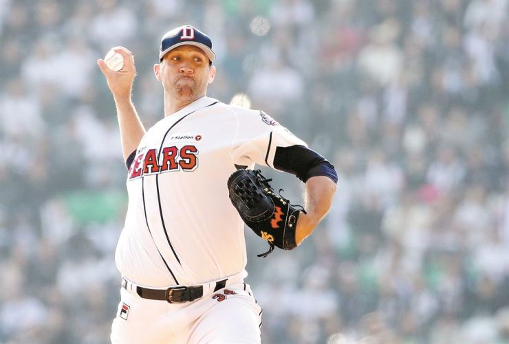 Josh Lindblom of the Doosan Bears throws a pitch against the SK Wyverns in Game 1 of the Korea Series at Jamsil Stadium in Seoul, Sunday. Yonhap