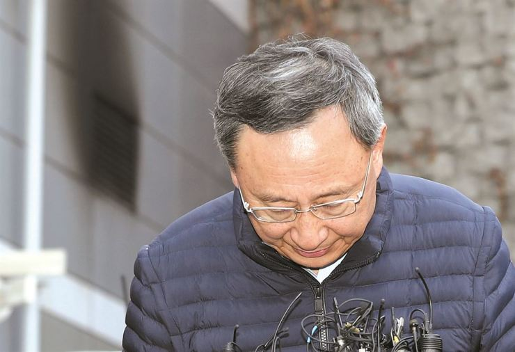 KT Chairman Hwang Chang-gyu bows to apologize for the network damage caused by a fire a day earlier at the firm's facility in Ahyeon-dong, Seoul, Sunday. / Yonhap
