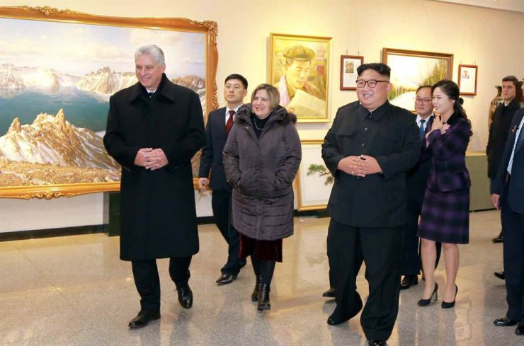 The two leaders and the first ladies visit the Mansudae Art Studio, Monday. Featured in the painting at left is the Heaven Lake of Mount Paektu. Yonhap-Rodong Sinmun