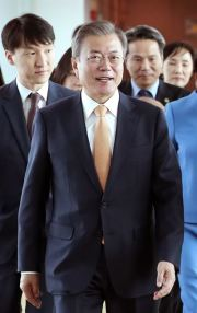 South Korean President Moon Jae-in at Singapore Changi Airport, Nov. 13, 2018. Korea Times file