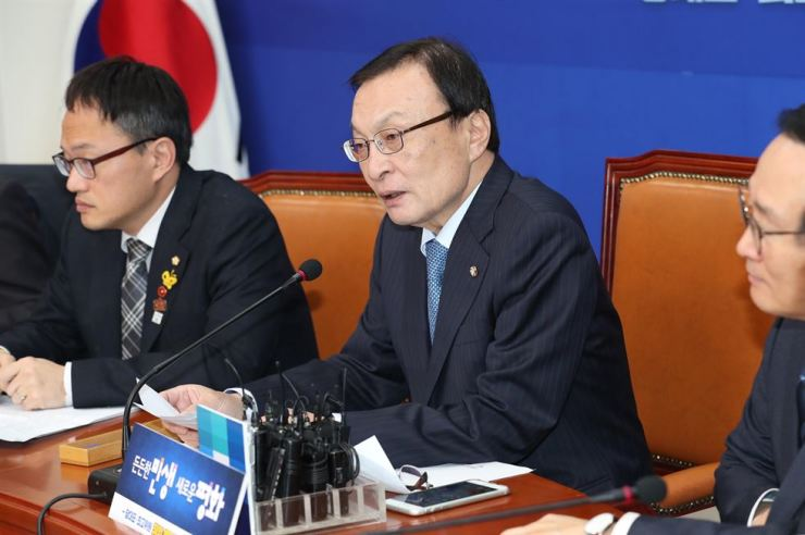 Ruling Democratic Party Chairman Rep. Lee Hae-chan, center, speaks during his 100th day in office, Monday. On the same day, he spoke of Korean mens' preference for Vietnamese women during his meeting with a high-level Vietnamese delegation. Yonhap
