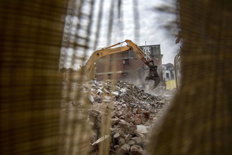 Decades-old industrial supply stores and factory workshops are torn down at an industrial district in the Euljiro area, Jan. 4.  Korea Times photo by Shim Hyun-chul
