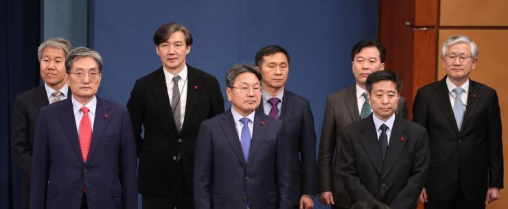From the left in the front are new chief of staff Noh Young-min and senior secretaries Gang Gi-jung and Yoon Do-han in the Cheong Wa Dae briefing room, Tuesday. Yonhap