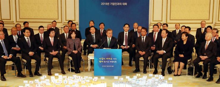 President Moon Jae-in, center, speaks at the start of his meeting with 128 executives from the country's top business groups at Cheong Wa Dae, Tuesday. Participants included Samsung Vice Chairman Lee Jae-yong, SK Chairman Chey Tae-won, LG Chairman Koo Kwang-mo and Hyundai Motor Executive Vice Chairman Chung Eui-sun. Yonhap