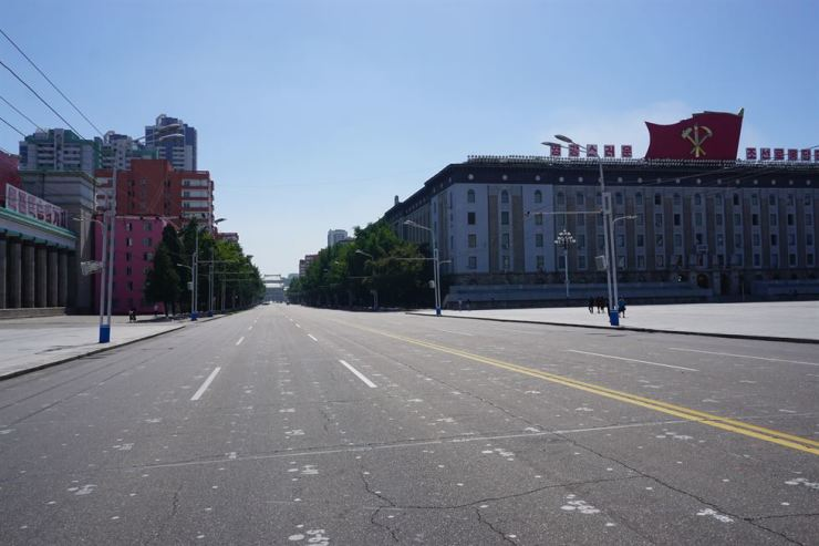 This September photo shows a street in Pyongyang near Kim Il Sung Square. At right is the headquarters of the Workers' Party of Korea (WPK). Numbers painted on the road indicate where to stand when there is a big gathering. Courtesy of Konrad-Adenauer-Stiftung Korea office
