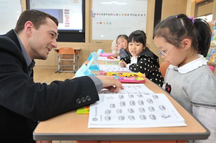 The Seoul Metropolitan Office of Education's plan to improve public English education has run into a brick wall. Korea Times file