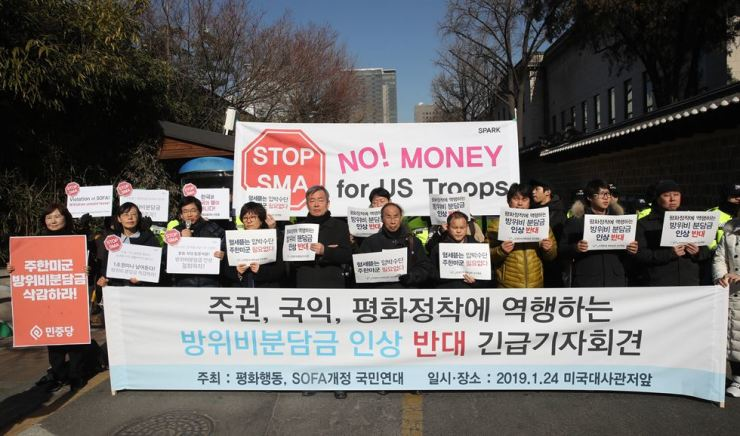 Members of civic groups stage a protest in front of the U.S. ambassador's residence in downtown Seoul, Thursday, to lodge their opposition to the U.S. demand for Korea's bigger share in the cost of maintaining U.S. forces. Yonhap