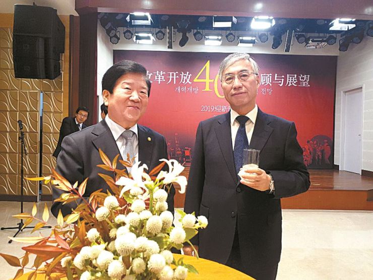Chinese Ambassador to South Korea Qiu Guohong, right, poses with Park Byeong-seug, a ruling Democratic Party of Korea lawmaker and also president of the Korea-China Parliamentary Council, during a reception at Qiu's embassy on Jan. 4. / Korea Times photo by Yi Whan-woo