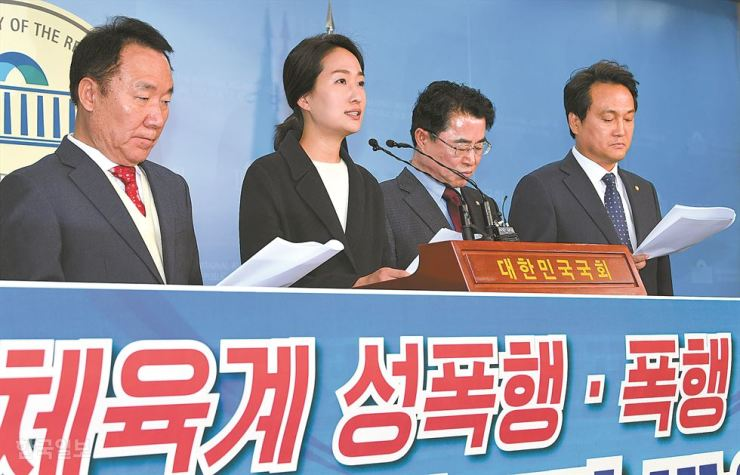 Rep. Kim Su-mon, second from left, of the Bareunmirae Party speaks during a news conference to announce a bipartisan bill to protect athletes from sexual harassment and assault. The lawmakers pushed for the initiative two days after short track speed skater Shim Suk-he claimed her coach had repeatedly sexually assaulted her since 2014. Korea Times photo by Oh Dae-geun