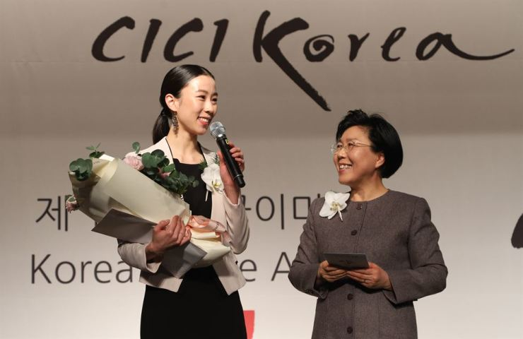 Ballerina Park Sae-un speaks at the CICI Korea Image Awards ceremony at the InterContinental Seoul COEX in southern Seoul, Thursday, after receiving the Korea Image Flower Stone Award for promoting Korea in Paris. Corea Image Communication Institute (CICI) president Choi Jung-wha is with her. Courtesy of CICI
