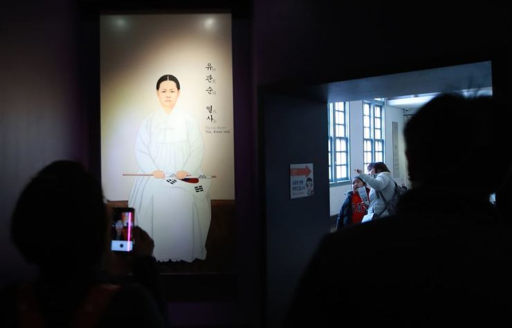 Visitors look at a portrait of Yu Gwan-sun at Seodaemun Prison History Hall in Seoul, Tuesday. Yonhap
