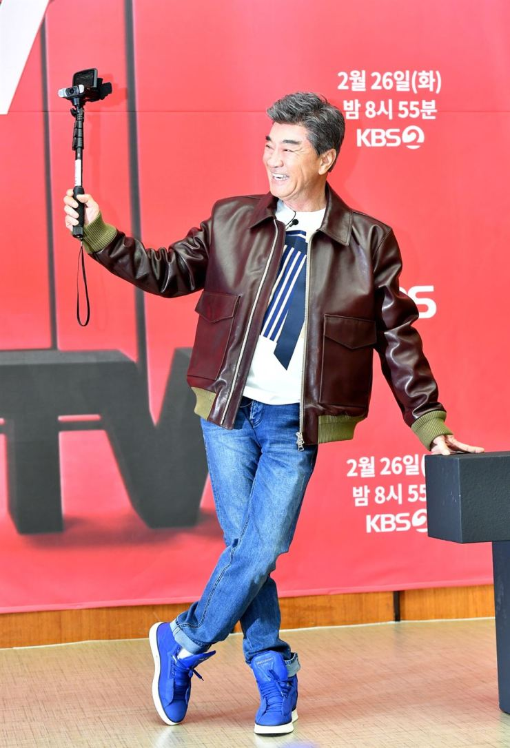 Korean actor Lee Deok-hwa, who stars in KBS2's reality show 'Deok-hwa TV,' poses for a photo before a news conference held at KBS Hall in Seoul, Monday. The program airs on KBS2 Tuesday night at 8:55 p.m. Courtesy of KBS