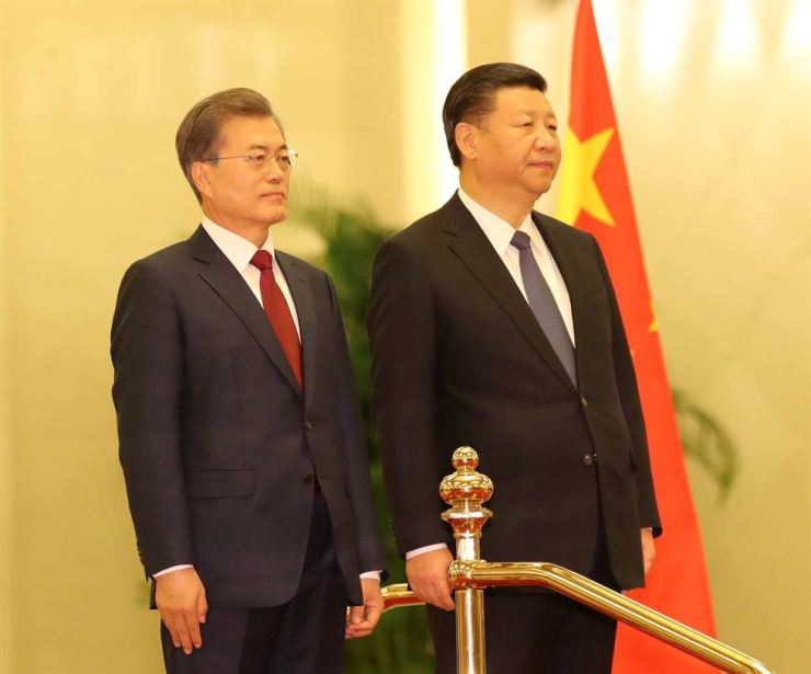 President Moon Jae-in and Chinese President Xi Jinping / Korea Times file