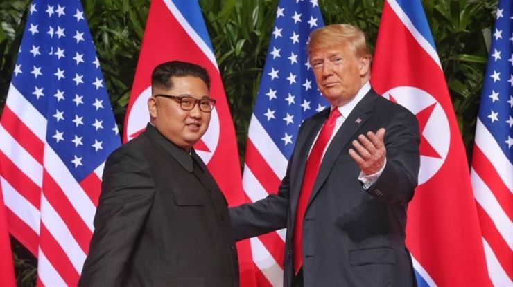U.S. President Donald Trump and North Korean leader Kim Jong-un pose during their first summit in Singapore, June 12 last year. The two leaders will hold their second meeting in Hanoi, Vietnam, Feb. 27 and 28. / Yonhap