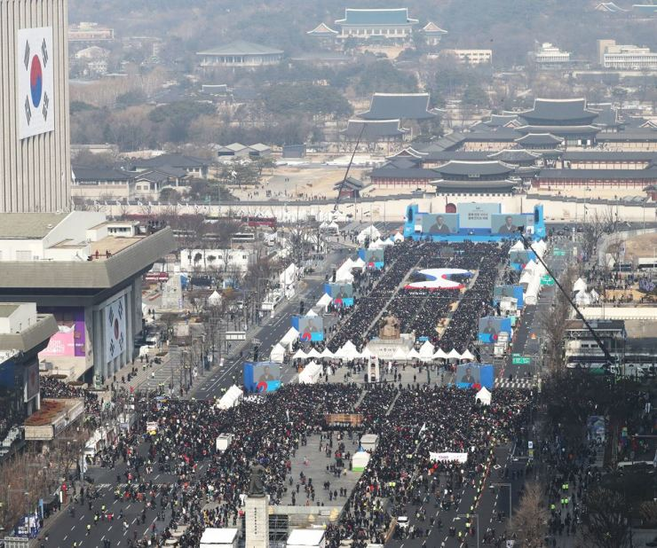 President Moon Jae-in delivers a speech at a ceremony marking the 100th anniversary of the March 1 Independence Movement in central Seoul, Friday. Yonhap