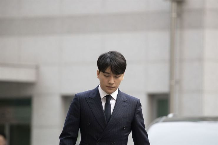 Seungri, former member of K-pop boy band BIGBANG, walks toward Seoul Metropolitan Police Agency in Jongno-gu on Thursday for questioning on charges of sex-for-business favors and illicit drug use. He arrived at the agency about four hours after Jung Joon-young went inside for questioning on charges of filming and distributing sex videos. Korea Times photo by Choi Won-suk