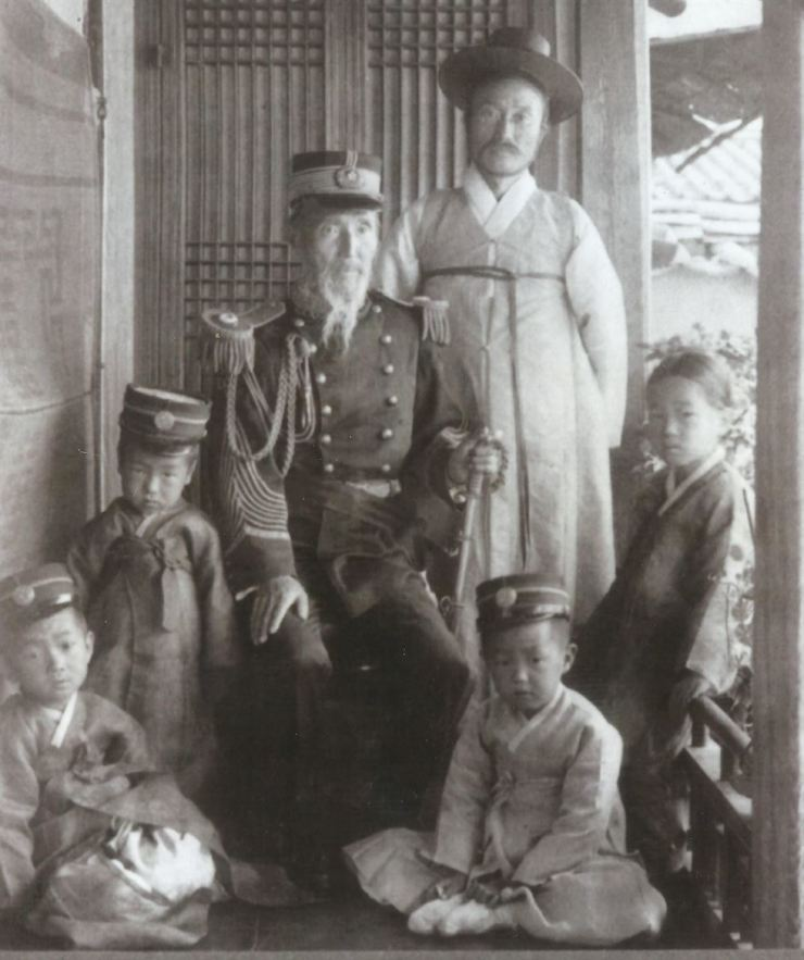 Yun Chi-ho is pictured standing next to his father in the 1900s. / Robert Neff collection