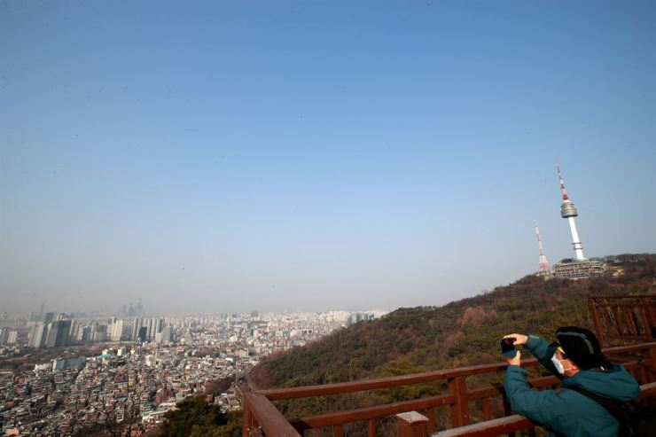 As the sky cleared Thursday, it was a perfect time to take a photo of Seoul's downtown area from Mount Nam. Yonhap