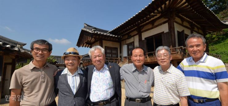 Descendants of freedom fighters pose in this Aug.4 , 2015 file photo. / Korea Times photo by Shin Sang-soon