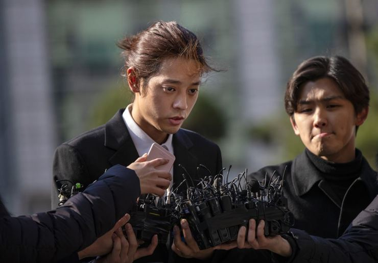 Jung Joon-young answers journalists' questions before entering Seoul Metropolitan Police Agency in Jongno-gu on Thursday morning for questioning. While keeping his words to a minimum, he said he would 'sincerely answer the authority's questions.' Korea Times photo by Shim Hyun-chul