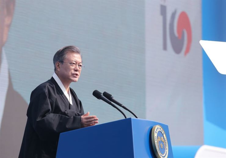 President Moon Jae-in speaks at an event commemorating the 100th anniversary of the March 1 Independence Movement, at Gwanghwamun Square in downtown Seoul, Friday. Yonhap