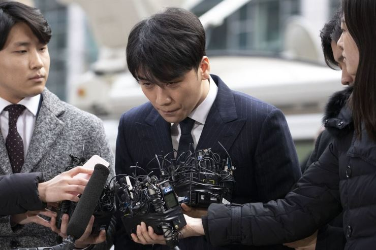Seungri bows in apology to the public in front of Seoul Metropolitan Police Agency in Jongno-gu on Thursday. He said little to journalists as he made his way inside the building. Korea Times photo by Choi Won-suk