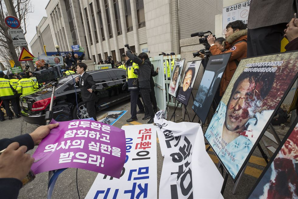 Former President Chun Doo-hwan arrives at Gwangju District Court, Monday, to attend a libel case trial over his alleged defaming of a deceased pro-democracy activist, priest Cho Bi-oh. Korea Times photo by Shim Hyun-chul