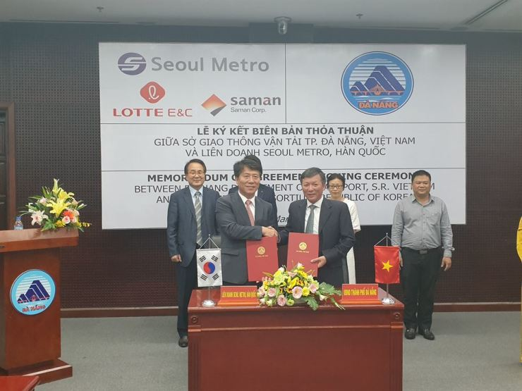 Seoul Metro CEO Kim Tae-ho, left, shakes hands with Le Van Trung, director of Da Nang's Department of Transport, at the People's Committee office in Da Nang, Wednesday, after signing a memorandum of agreement allowing the Seoul subway operator and Korean construction firms to start planning the Vietnamese city's first urban railway system. / Courtesy of Seoul Metro