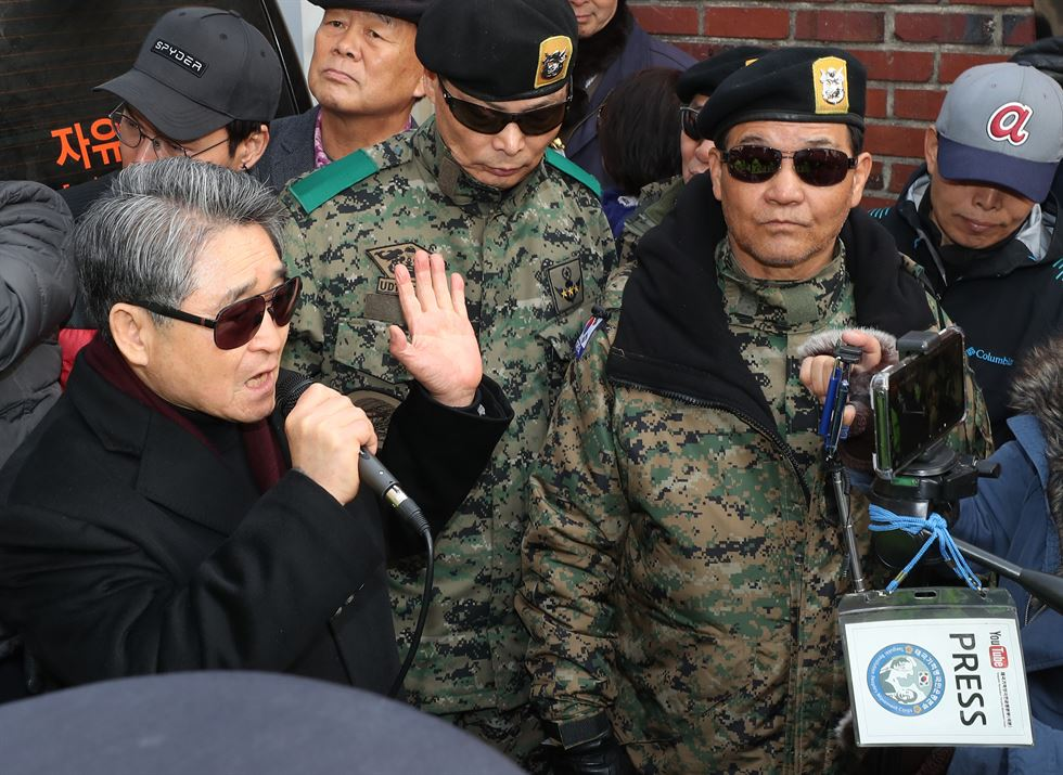 Reporters flank former President Chun Doo-whan at Gwangju District Court, Monday. Korea Times photo by Shim Hyun-chul
