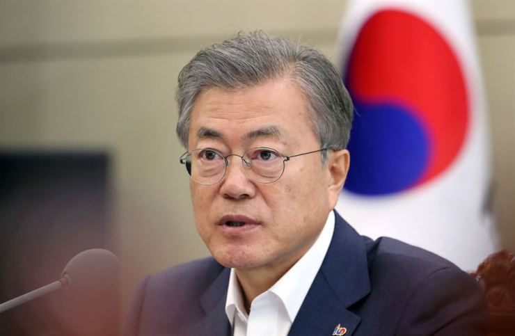 President Moon Jae-in speaks during a meeting with Cabinet members at Cheong Wa Dae, Monday. Yonhap