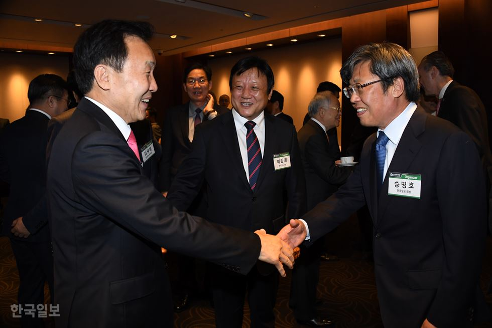 Seung Myung-ho, center, chairman of The Korea Times and Hankook Ilbo, stands hand in hand with VIP guests for the 6th Korea Forum at the Hotel Shilla in Seoul, Thursday. Under the theme 'Third year of the Moon Jae-in administration and three hurdles lying ahead,' the one-day forum attracted hundreds of dignitaries, including top government officials, leaders of political parties, ambassadors and senior embassy officials. Korea Times photo by Oh Dae-geun
