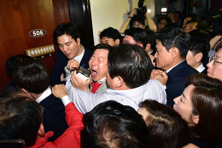 Lawmakers and members of the main opposition Liberty Korea Party (LKP) and the Bareunmirae Party try to get into a room where the special committee on judicial reform is holding a meeting to put reform bills on the fast track at the National Assembly, Monday. Yonhap