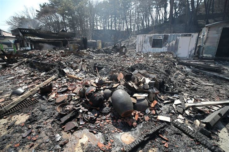 A town in Goseong lies destroyed by a recent fire that engulfed Korea's eastern areas, Friday. Yonhap