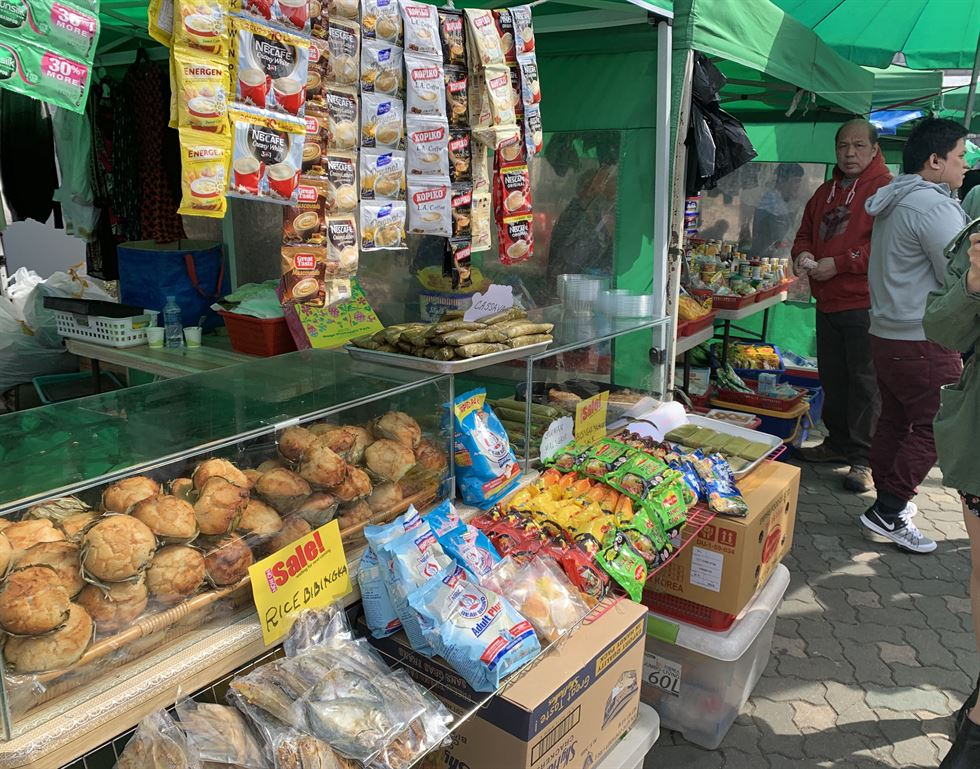 The Sunday market, better known as Little Manila, is a favorite stop-over for Filipinos and anyone else who has bonds with the Southeast Asian country. Filipinos drop by the market after attending Sunday mass at hyehwa-dong Catholic Church. / Korea Times photo by Kim Kang-min