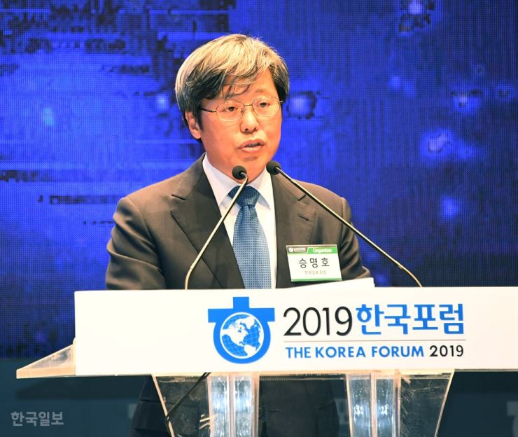 Chairman Seung Myung-ho of The Korea Times and Hankook Ilbo delivers an opening speech for the 6th Korea Forum at the Hotel Shilla in Seoul, Thursday. Korea Times photo by Oh Dae-geun