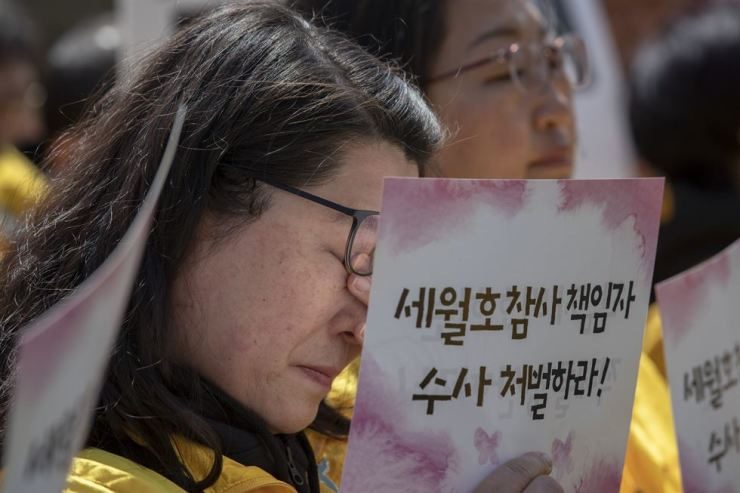 A mother of a Sewol ferry victim sheds tears during a press conference calling for responsible government officials to be brought to justice at Gwanghwamun Square, Monday. / Korea Times photo by Shim Hyun-chul