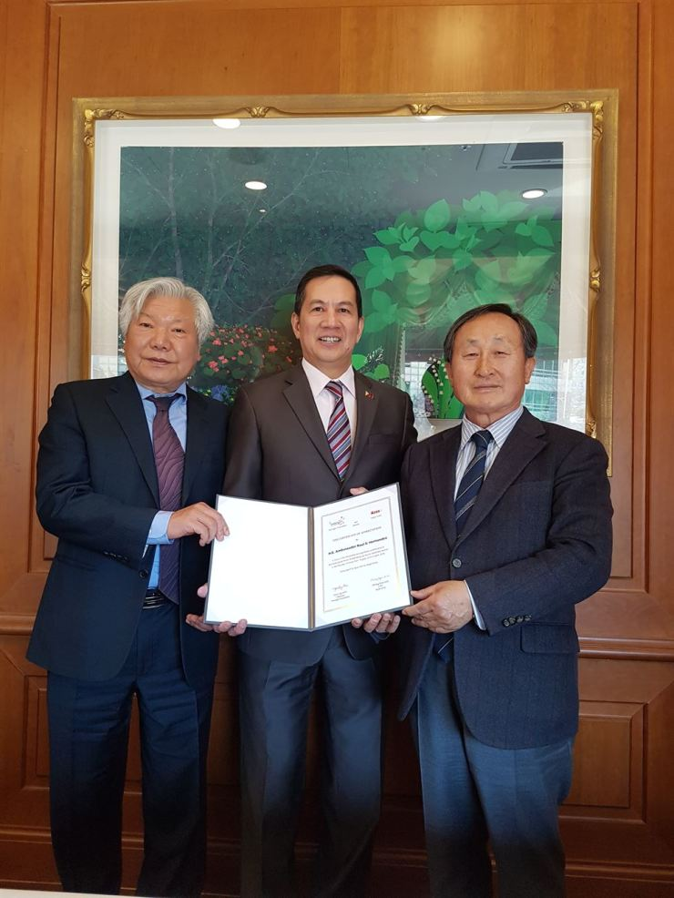 Woongjin Foundation Chairman Shin Hyon-ung, right, poses with the outgoing Philippine Ambassador to Korea Raul Hernandez, center, and Digital Skynet CEO Kim Choong-hyun at Sejong Hotel in Seoul, Monday, after the foundation bestowed an appreciation letter to the Filipino diplomat for his support for its Multicultural Family Music Broadcasting during his tenure. Shin attributed the radio program's high popularity with Filipino residents here to Hernandez's support. The 24-hour program, launched in 2008 to help foreign residents adapt to Korea, is available in eight languages. / Courtesy of Woongjin Foundation