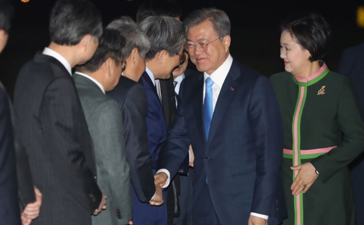 President Moon Jae-in shakes hands with his aides after wrapping up his U.S. visit and returning to Seoul Airport in Seongnam, Gyonggi Province, April 12. / Yonhap