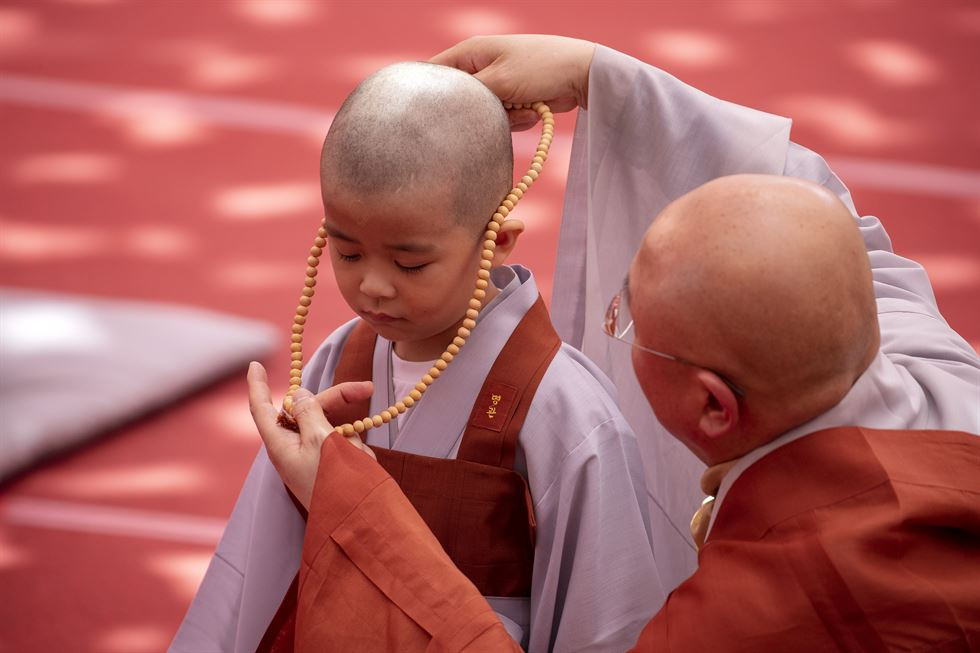 A boy rolls backward during the commencement ceremony for the 'Bodhi Tree Sapling School' in the Jogyesa Temple in downtown Seoul, Monday. Korea Times photo by Shim Hyun-chul