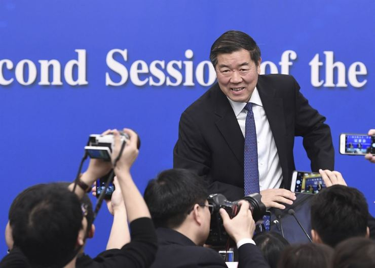 He Lifeng, head of China's National Development and Reform Commission, prepares to leave after a press conference on advancing high-quality development of China's economy for the second session of the 13th National People's Congress in Beijing, capital of China, March 6, 2019. Xinhua-Yonhap