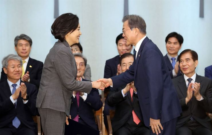 President Moon Jae-in, right, shakes hands with SMEs and startups minister Park Young-sun during a nomination ceremony at Cheong Wa Dae, Monday. Yonhap