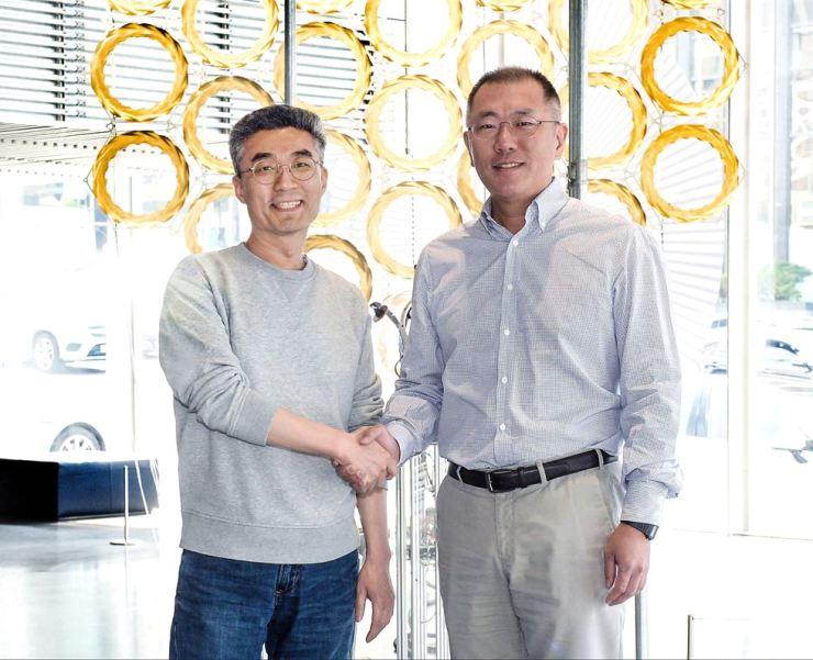 Hyundai Motor Group Executive Vice Chairman Chung Eui-sun, right, shakes hands with CODE42.ai CEO Song Chang-hyun after their meeting at Hyundai Motor Studio Seoul in Nonhyeon-dong, Seoul, Wednesday. Courtesy of Hyundai Motor Group